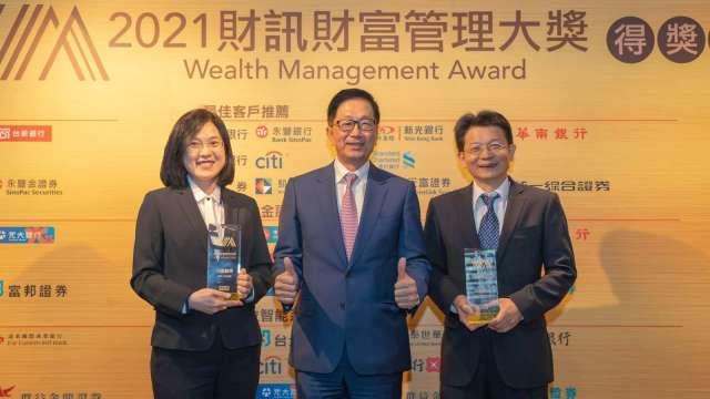 元富證券總經理李明輝(中)與財富管理部副總林俊桐(右)、公共事務部協理許恬忻(左)。(圖:元富證提供)