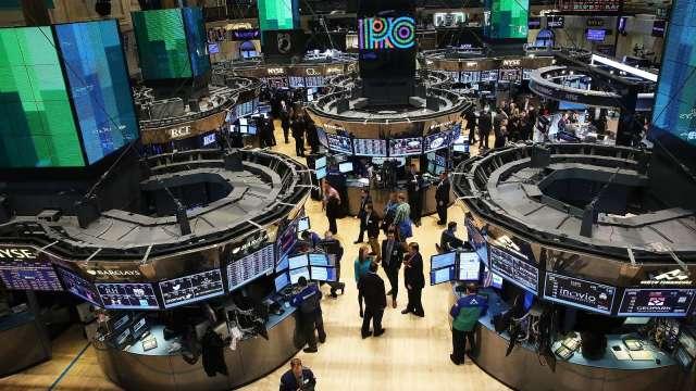 〈美股盤後〉股債雙殺!特斯拉崩近7% 四大指數齊黑。(圖片:AFP)
