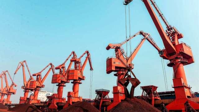 中國煉鋼重鎮遭祭限產令 鐵礦砂需求降後市價格現隱憂(圖:AFP)