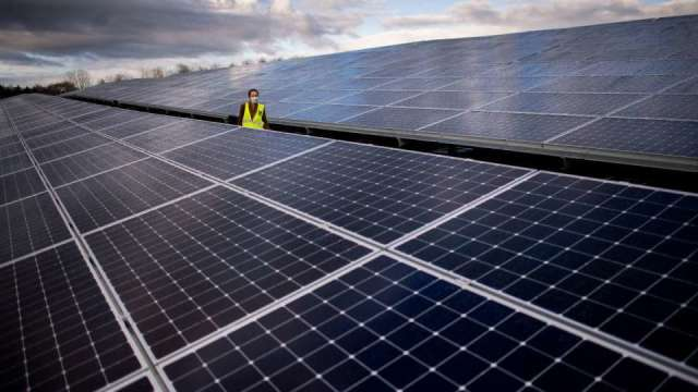 〈觀察〉搶能源商機 電信三雄綠電佈局見成效。(圖:AFP)