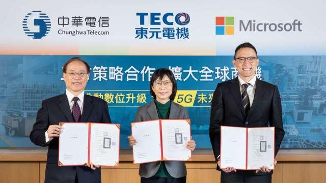 左至右為中華電董事長謝繼茂、東元董事長邱純枝及台灣微軟總經理孫基康。(圖東元提供)