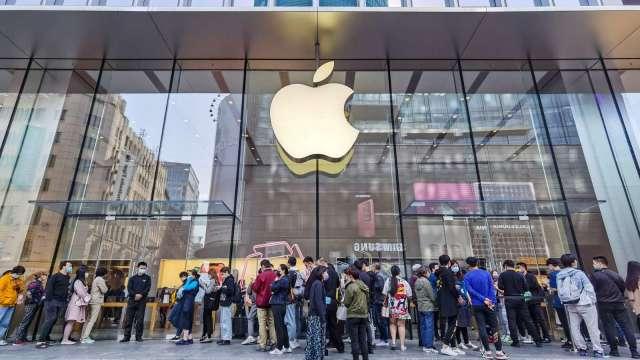iPhone 12 Mini銷量拖累面板採購 蘋果恐須向三星支付違約金 (圖:AFP)