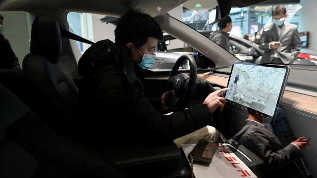 特斯拉車內監控為發展自駕技術? 消費者調查:有侵害隱私疑慮(圖片:AFP)