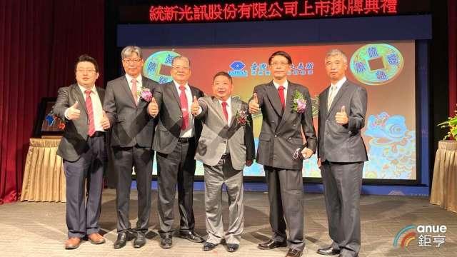 統新董事長李英坤(右三)、總經理藍宏利(右二)。(鉅亨網記者劉韋廷攝)