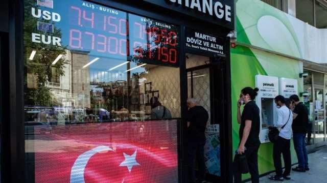 土耳其股市兩日內4次熔斷 本土買盤暫解崩盤危機 但外資全面棄守(圖:AFP)
