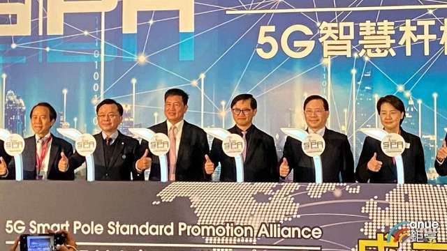 和碩董事長童子賢(右三)任首屆5G智慧桿聯盟理事長 ,看好未來10年全年智慧電桿上看1億盞。(鉅亨網記者劉韋廷攝)
