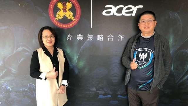 三信家商校長林岑(左)、宏碁台灣區營運長張世欣(右)。(圖:宏碁提供)