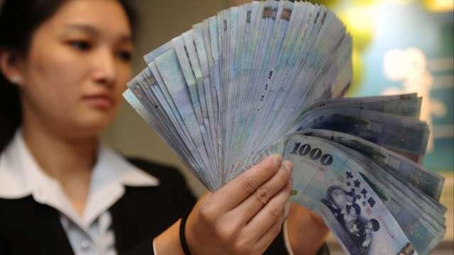 股匯雙殺 台幣貶破28.5元關卡創3個月新低。(圖:AFP)