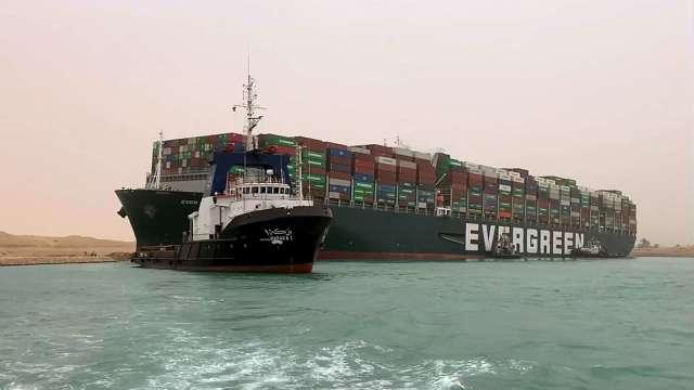 傳長榮貨輪已部分脫離淺灘 官方估最快今明就能恢復運輸 (圖:AFP)