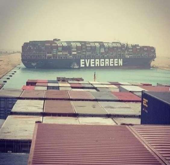 長榮 Ever Given 擱淺在蘇伊士運河上,造成雙向交通全堵塞。 (圖片:INSTAGRAM)