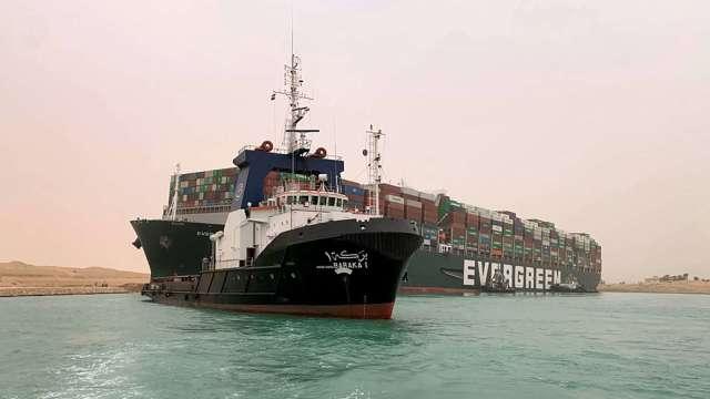 油價反彈!「大排長榮」堵蘇伊士運河 阻原油命脈。(圖片:AFP)