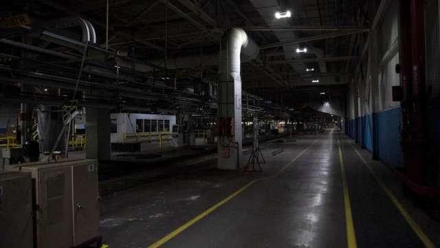 晶片嚴重短缺 通用汽車再度宣布車廠停工(圖片:AFP)