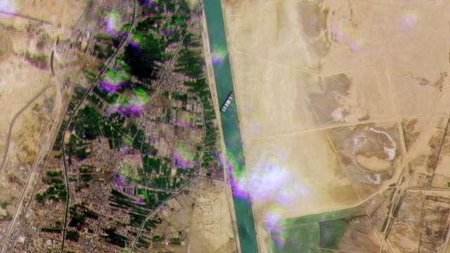 長榮長賜號卡蘇伊士運河 百艘貨輪受波及。(圖:AFP)