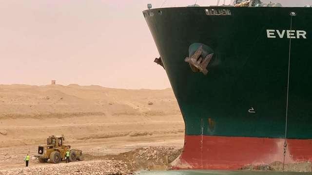 商品運輸大打結 蘇伊士運河塞船估每小時損失4億美元 (圖:AFP)