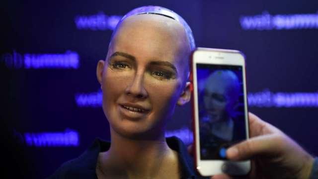機器人藝術創作NFT 近69萬美元高價賣出(圖片:AFP)