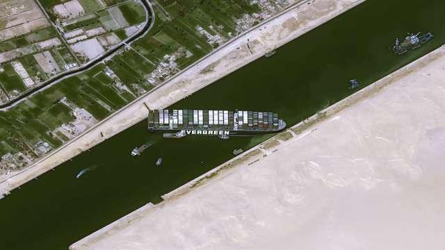 長榮長賜號擱淺蘇伊士運河最新衛星照。(圖:AirbusSpace推特/AFP)