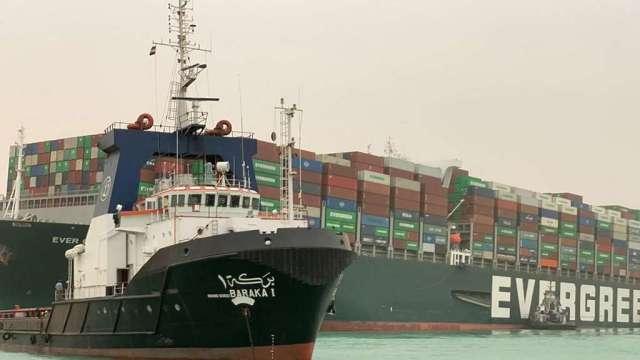 運河堵塞仍無明顯進展 貨運巨頭研究繞行好望角 (圖:AFP)