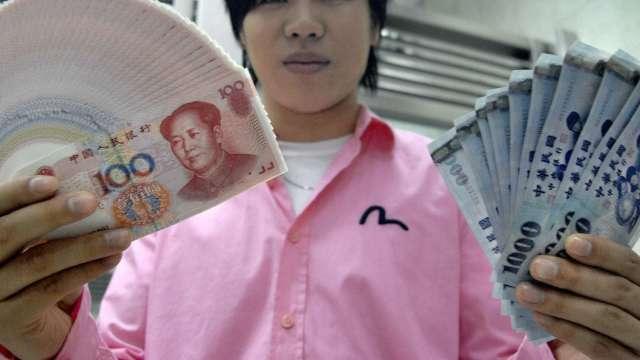 台幣一度逼近28.7元 午盤後豬羊變色轉升收28.602元。(圖:AFP)
