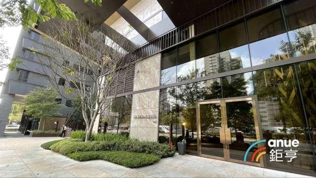 大陸建設台中七期豪宅「丽格」外觀落成,賣出近7成。(鉅亨網記者張欽發攝)