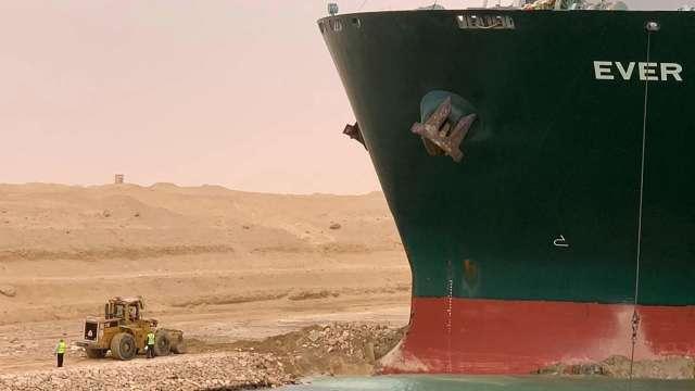 油價漲不停!日本船東:目標長榮貨輪明晚脫困。(圖片:AFP)