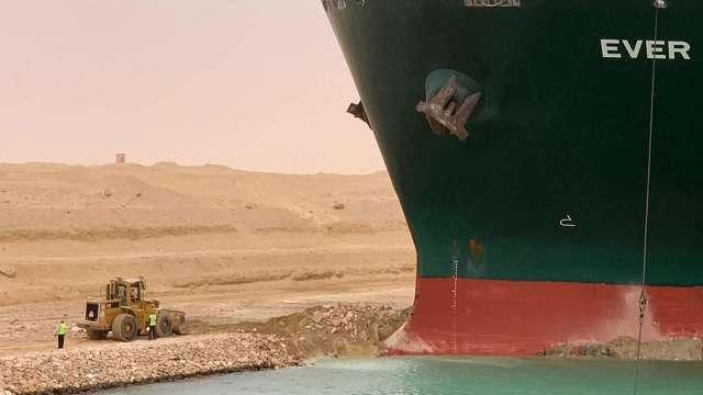 荷蘭救援小組:若初步措施無解 船隻恐需耗時數周才能脫困(圖:AFP PHOTO / HO / SUEZ CANAL)