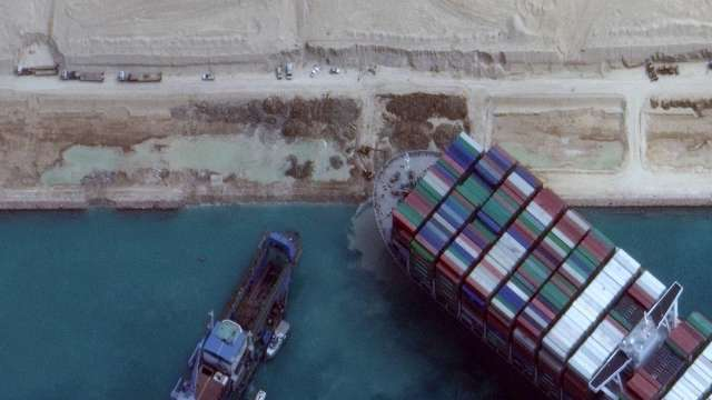 長賜輪 (EVER GIVEN) 卡在蘇伊士運河進入第七天。(圖:AFP)