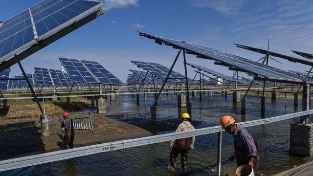 中國太陽能需求噴發 玻璃、製鞋龍頭也重金搶進。(圖:AFP)