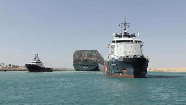 專家:缺櫃、塞船仍卡住全球供應鏈 影響至少2個月 (圖:AFP)