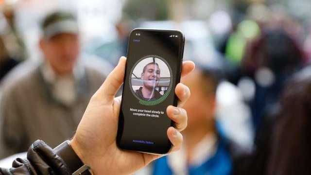 聞泰買下歐菲光鏡頭業務 等待蘋果認證中(圖片:AFP)