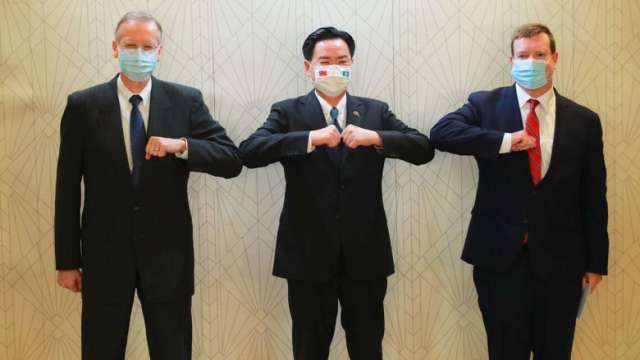 左起AIT處長酈英傑、外交部長吳釗燮、美國駐帛琉大使倪約翰。(圖:AIT提供)