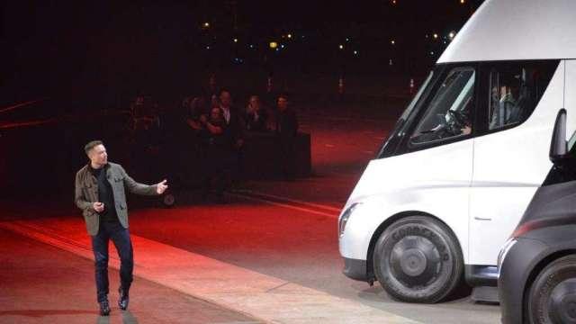 馬斯克警告:電池缺貨恐衝擊電動卡車產能 (圖:AFP)