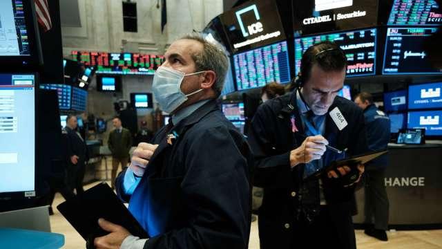 華爾街等待基建計畫細節 蘋果微軟領道瓊收黑。(圖片:AFP)