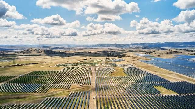 蘋果向特斯拉採購85座大型電池 以儲存加州太陽能場130兆瓦發電量(圖:Apple官網)