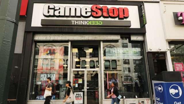 GameStop計畫ATM售股籌資10億美元  盤前暴跌16% (圖:AFP)