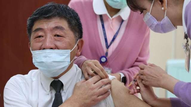 衛福部長陳時中日前接種第一劑 AstraZeneca 疫苗。(圖:AFP)