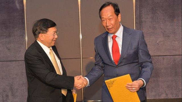 左為台康生總經理劉理成,右為鴻海創辦人郭台銘。(圖:台康生提供)