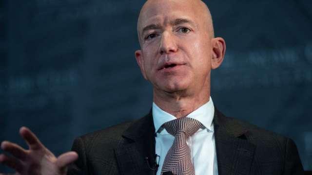 拜登想調漲公司稅籌2億美元搞基建 全球首富貝佐斯支持(圖片:AFP)