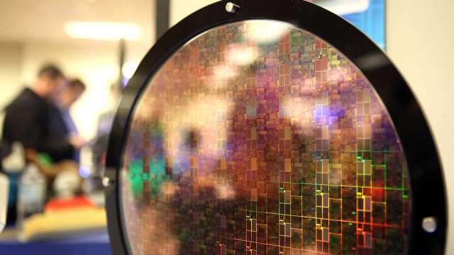 晶片交貨周期延長 分析師:短期廠商搶貨 不利未來需求(圖:AFP)