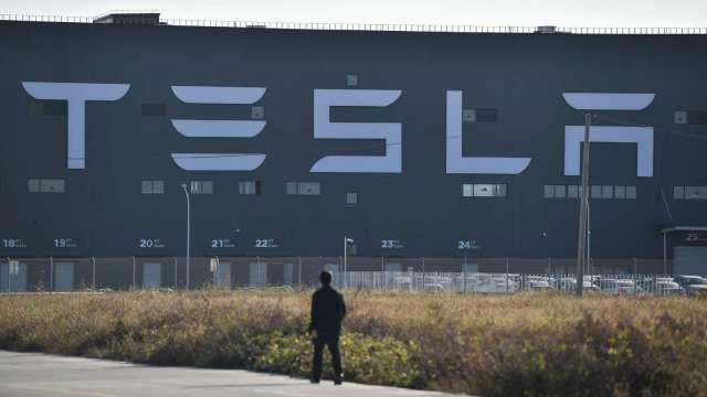 特斯拉再度澄清 北美地區以外電動車未啟用車內鏡頭 (圖:AFP)