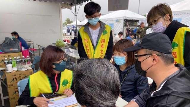 國泰每日百名志工於現場協助家屬。(圖:國壽提供)