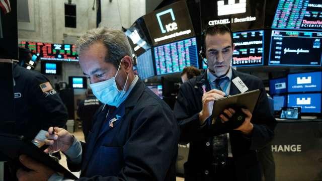 經濟重啟主題持續發燙 瑞銀喊買這13檔零售股 (圖片:AFP)