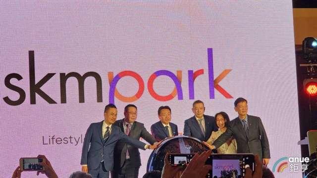 新光三越經營團隊發表SKM Park,右3為副董事長吳昕陽。(鉅亨網記者王莞甯攝)