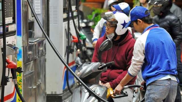 下周國內汽油估降價0.4元 2個月來首度轉跌。(圖:AFP)