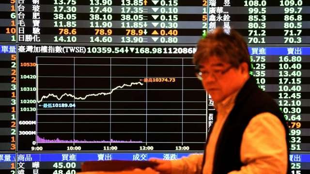 台股萬七乍現創高後翻黑 外資終止連4買 三大法人賣超57.99億元。(圖:AFP)