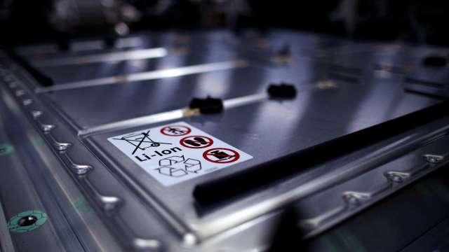 晶片短缺之後 美汽車業恐面臨鋰電池短缺問題(圖片:AFP)