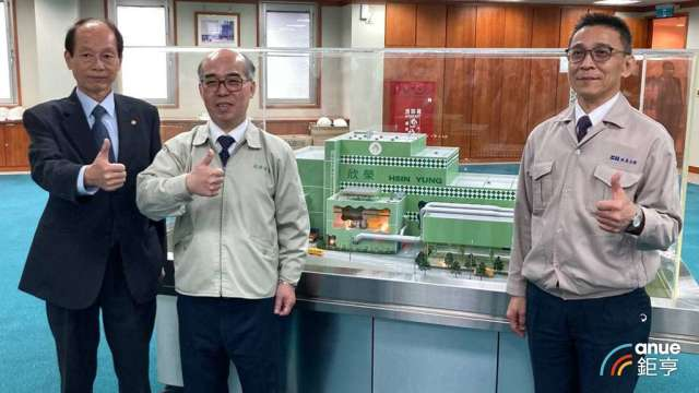 左起為長榮鋼副總葉佳全、欣榮董事長張萬全、水美總經理林仁明。(鉅亨網記者彭昱文攝)