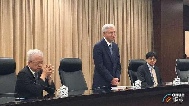央行總裁楊金龍(中)與副總裁陳南光(右)。(鉅亨網資料照)