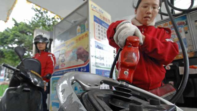 國內汽油明起調降0.3元、柴油調漲0.1元。(圖:AFP)