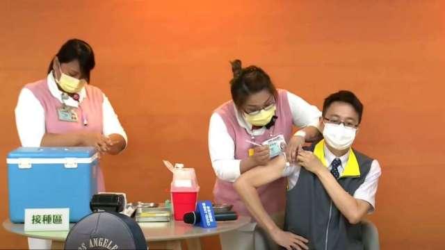 指揮中心醫療應變組副組長羅一鈞接種AZ疫苗。(圖:疾管署直播)