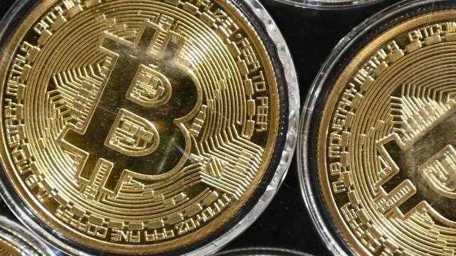 Coinbase直接上市前夕 比特幣重回60,000美元關卡 (圖:AFP)